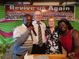 Pastori Timothy ja vaimonsa Janipher Pekan ja Annelin kanssa
